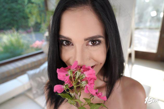 Брюнетка с маленькой грудью в VR порно Миледи и цветы